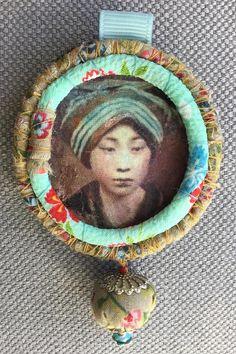 Broche/Tableau textile japonisant bleu/vert terre de sienne
