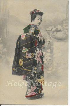 Antique Japanese hand-tinted postcard with Geisha in beautiful kimono Kobe Japan, Kimono Japan, Japanese Geisha, Japan Photo, Girl Dancing, Photo Postcards, Hand Coloring, 1920s, Ethnic