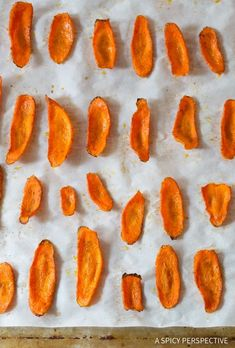 Healthy Baked Carrot Chips Recipe - Get your crunchy chip-fix without ruining your diet! These gluten free, low fat snacks are easy to make and easy to love. Baked Carrot Chips, Baked Carrots, Roasted Carrots, Low Fat Snacks, Healthy Snacks, Healthy Recipes, Healthy Bars, Junk Food, Carrot Recipes