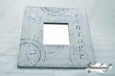 Hübscher weißer Spiegel im Shabby-Stil mit grauem Aufdruck und Beschriftung. Praktisch an der Wand als kleiner Schminkspiegel oder einfach als Wohnacc