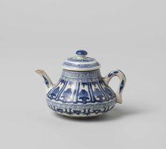 Miniature teapot with stylized lotus scrolls, ruyi-motif and ornamental borders, anonymous, c. 1700 - c. 1724