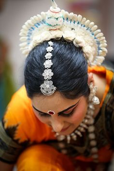 Indian sculpture in motion: An Odissi dancer #india #culture #Kamalan #travel #photo #Odissi #danseuse