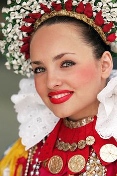 Slavonia folk costume    http://www.tzosbarzup.hr/en/experience/djakovo-embroideries/
