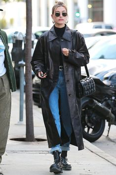 Hailey Bieber is all about simplicity and you can be too: Try tucking a fitted black turtleneck into your favorite jeans and topping the look with with your long leather coat. Match the belt and boots and you're all set! Estilo Hailey Baldwin, Hailey Baldwin Style, Nordstrom, Mode Outfits, Fall Outfits, Fashion Outfits, Look Fashion, Autumn Fashion, Fashion 2020