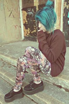I love that color of hair, I like her shoes too :3