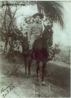 Alferes Eduardo Augusto Sousa Dias a cavalo, em Quionga.
