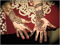 This Arabic mehendi design can be worn by both the bride and her friends. The design consists of only flowers, leaves and creepers pattern. Adequate amount of space is left between two patterns, giving it a very non-messy look. The mehndi design on the palm and the back of hand are almost identical to each other. Black mehndi has been used to enhance the borders and regular mehndi has been used to fill up the entire design.