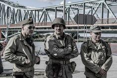 """Mnóstwo widzów przyszło w sobotę na nabrzeże w Gryfinie, by podziwiać widowisko historyczne pt. """"Orły nad Nijmegen"""", przez Studio Historyczne """"Huzar"""""""