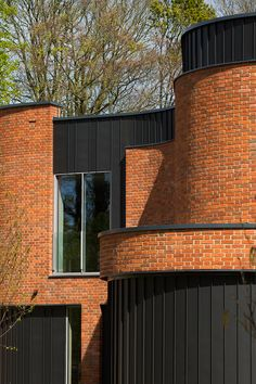 adrian james architects builds sinuous 'incurvo' brick house in rural oxfordshire Brick Cladding, House Cladding, Brick Facade, Brickwork, Facade House, Unusual Buildings, Modern Houses, Brick Design, Arquitetura