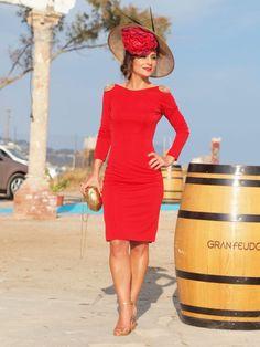 Vestido corto rojo con amplio escote en la espalda ribeteado con cadena dorada acabando con un bonito adorno en los hombros. www.apparentia.com