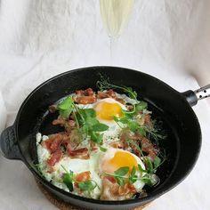 Samppanjaa pekonia ja munia sängyssä. Tää olis ollut mun eilinen äitienpäivä aamiainen mutta se piti syystä siirtää tähän aamuun ja sain sen tehdä itse kun en puolisoa halua kiusata tolla pekonilla. Ihanaa äitienpäivää vielä tänäänkin.  #aamiainen #muna #pekoni #samppanja #äitienpäivä  #ruokablogi #ruoka #kotiruoka #herkkusuu #lautasella #ruokakuva #nälkä #söinkaiken #kotikokki #nälkä #herkkusuunlautasella