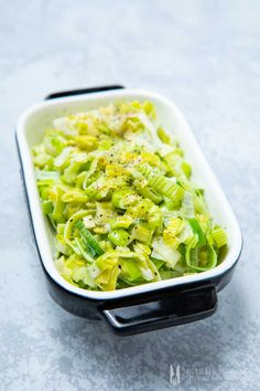 This quick and easy creamed leeks recipe is the perfect side dish for any roasted meat and a superb main meal choice for vegetarians, with some pasta. Vegetarian Side Dishes, Veggie Side Dishes, Vegetable Sides, Food Dishes, Vegetarian Recipes, Cooking Recipes, Gourmet Recipes, Vegetable Recipes, Easy Recipes