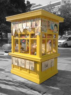 Greek Kiosk- A vintage kiosk-newsstand in Athens Greece Syntagma Square Greece Pictures, Old Pictures, Coffee To Go, Coffee Shop, Bauhaus, Kiosk Store, Food Kiosk, Souvenir Store, Portugal