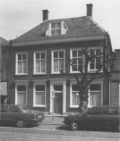 Regelmatig ingedeeld en sober gedetailleerd, midden 19de-eeuws huis aan de Voorstraat 86 te Vianen, opname 1988 - Boek Catharina van Groningen via DBNL
