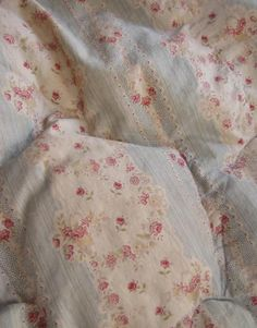Vintage Eiderdown Quilt Gallery Vintage Eiderdown Quilt - This Vintage Eiderdown Quilt Gallery design was upload on November, 21 2019 by admin. Here latest Vintage Eiderdown Quilt ph. Vintage Textiles, Vintage Quilts, Shabby Chic Style, Shabby Chic Decor, Rustic Bedroom Design, Bedroom Designs, Fru Fru, French Fabric, Shabby Cottage