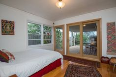 House in Portland, United States. Shared home in SE Portland. This clean 4 bedroom, 2 bathroom house at the base of Mt. Tabor has hiking trails just down the street. Recently renovated with cork floors, glass doors, gas stove, modern furniture and art, private deck & plenty of sun...