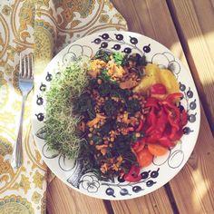 Jotain sinistä --Kantarelleja, lehtikaalia ja punaisia linssejä pannun kautta. Ituja, paprikaa ja tomaatteja. Reilusti hyvää oliiviöljyä.