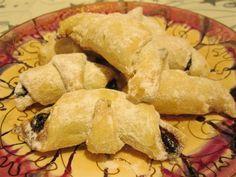Reteta culinara Cornulete fragede din categoria Dulciuri. Cum sa faci Cornulete fragede Hot Dog Buns, Hot Dogs, Mousse, Gem, Bread, Food, Jewel, Moose, Meals