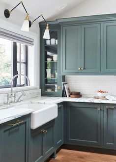 Modern Kitchen Trends 2019 Bringing Two Tone Wood Cabinets. Top Kitchen Color Trends For 2019 Kitchen Color Trends . Modern Kitchen Design Trends 2019 Two Tone Kitchen Cabinets. Home and furniture ideas is here Home Decor Kitchen, Interior Design Kitchen, Home Kitchens, Decorating Kitchen, Kitchen Design Classic, Room Interior, Green Kitchen Designs, Coastal Interior, Galley Kitchens