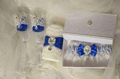 Купить или заказать Элегантный мини- свадебный набор 'Богемия' в синем цвете в интернет-магазине на Ярмарке Мастеров. Свадебный набор 'Богемия' в синем цвета декорирован хлопковым кружевом, полубусинами,брошками и синими атласными лентами: Бокалы-1500 р Подвязка-700 р(коробочка в комплекте) Очаг-600…