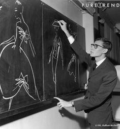 YVES SAINT LAURENT ET SES CROQUIS SUR TABLEAU NOIR, CHEZ DIOR, 1957