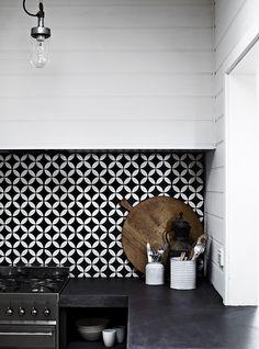 Zwart-witte tegels voor in onze kooknis met ceasarstone raven blad