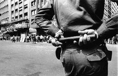 A ditadura militar no Brasil - São Paulo, 14 de outubro de 1968 Policial observa manifestação do Movimento Estudantil contra a censura imposta pela ditadura militar, meses antes da aprovação do AI-5 (Ato Institucional nº 5), que concedia poderes absolutos ao presidente durante o regime militar