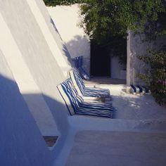 Έλα λοιπόν να στρώσουμε το φως Να κοιμηθούμε το γαλάζιο φως στα πέτρινα σκαλιά του Αυγούστου... ~ Οδυσσέας Ελύτης