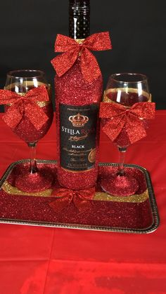 The perfect Gift. Great for your Bar or room Decor Bedazzled Liquor Bottles, Glitter Champagne Bottles, Decorated Liquor Bottles, Bling Bottles, Glitter Wine Glasses, Diy Wine Glasses, Decorated Wine Glasses, Alcohol Bottle Decorations, Recipes