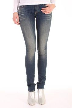 De Sharp FBS van Denham is gemaakt van katoen met polyamide en elasthan.  Het is een skinny fit jeans met een slank silhouette.  Sharp FBS - 02-13-11-11-011.
