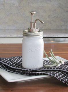 Reutilización de la parte superior del dispensador de jabón que ya no se usa, fijado a la tapa de un frasco de vidrio.