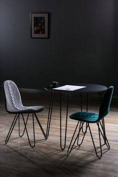 Mannequin III chairs and Mannequin III table