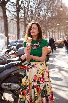 Chicas!!   esta opcción me fascino Flores Con Glamours. Floral Midi Skirts: este otoño son válidas las flores en tu outfit, estas faldas están súper de moda solo debes cuidar que vayan con una prenda de otoño o texturas como tejidos, gamuzas, algodones, encajes, así no se verán fuera de temporada. A mi me encanta esta tendencia y a ti?