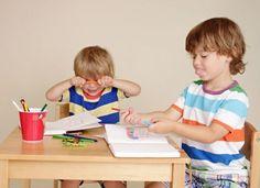 Co robić, jeśli dziecko w przedszkolu bije innych albo ciągle mówi brzydkie wyrazy? Dlaczego niektóre dzieci to przedszkolne beksy? Co robić, gdy kilkulatek jest nieposłuszny w przedszkolu? Sprawdź!