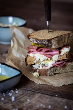 """Pastrami Sandwich """"New York City Style"""" mit Gewürzgurken & Cole Slaw Pastrami Sandwich, Coleslaw Sandwich, Burger Co, Fingerfood Party, Beef Short Ribs, Rib Recipes, Food Trends, Canapes, Street Food"""