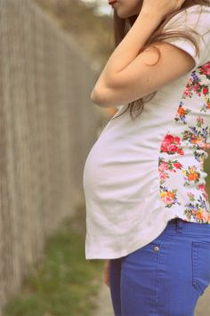 DIY Maternity Clothes: Turn a T-Shirt into a Cute Top. This no sew maternity top DIY will help you stay comfy, stylish, and thrifty during pregnancy! Maternity Tops, Maternity Wear, Maternity Fashion, Maternity Clothing, Maternity Style, Diy Clothing, Sewing Clothes, Barbie Clothes, Meme Costume