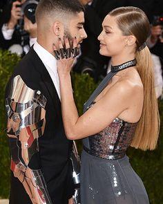 🇧🇷A bruxa de Hollywood tá solta REAL! Depois de Taylor e Calvin, agora foi a vez da #GigiHadid e do #ZaynMalik. Após sete meses juntos, eles deram um fim no relacionamento! • • • • • • • • • • • • • • • • • • • • • • • • • • • • • 🇱🇷 The Witch of Hollywood's loose! After Taylor and Calvin, now it was the turn of the #GigiHadid and #ZaynMalik. After seven months together, they end the relationship!