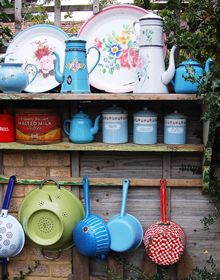 New Look Vintage Kitchen . Look Vintage, Retro Vintage, Vintage Enamelware, Vintage Kitchenware, Haus Am See, Flea Market Style, Happy Kitchen, Red And Teal, Happy Love