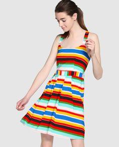 Vestido corto con estampado multicolor de rayas. Tiene tirantes cruzados en la espalda y falda de tablas.