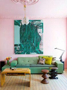 mur rose, un salon avec peintures murales, couleur bleu turquoise, mur rose, lustre blanc