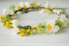 Corona de flores blanca amarilla y verde. por TheLittleNemo en Etsy