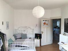 Kleines Aber Feines WG Zimmer Für Mädchen In Weiß Mit Gemusterten Kissen  Und Einem Wunderschönen