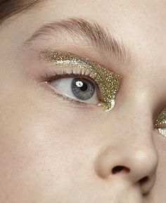#avantgarde #highfashion #graphic #makeup #makeups #hair #2014 Eye Makeup, Runway Makeup, Gold Makeup, Makeup Art, Hair Makeup, Make Up Gold, Glitter Make Up, Gold Glitter, Glitter Nails