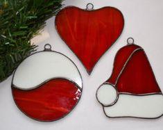 Pour vous, voici le vitrail que chapeau de père Noël fait dans les couleurs rouges et blanc. Il sera idéal comme décoration de Noël dans les branches de votre arbre de Noël. Si vous le souhaitez, ce décor de vacances orneront votre fenêtre comme un capteur. Elle est belle et lumineuse et vous pouvez l'utiliser comme décoration murale. Tout ce que vous choisissez sera féerique de Noël. Et c'est une idée cadeau adorable pour quelquun de spécial pour vous. Décoration de Noël mesure environ 10…