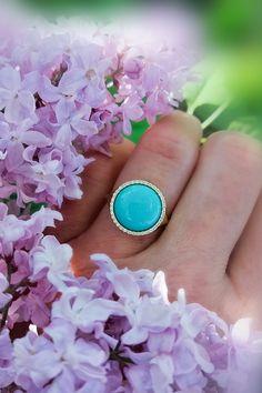 Nepriehľadný modrý drahokam, ktorý je vo svojej najdokonalejšej podobe, s veľmi jemnou štruktúrou a rovnomernou, azúrovo modrou farbou, veľmi vzácny a vysoko cenený. Tyrkys. Ozdobný kameň, v dokonalom výbruse a pevnom diamantovom zovretí, vás bez obáv vyzve k hriešnemu tancu, ku ktorému ho názov šperku predurčuje. S prsteňom Bolero nenájdete dôvod neroztočiť to na tanečnom parkete vášho života. Zistíte to v momente, ako si ho nastoknete na prst 😉 Statement Rings, Gemstone Rings, Gemstones, Diamond, Color, Jewelry, Jewlery, Gems, Jewerly
