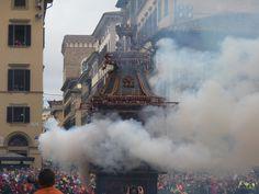 Fuegos artificiales y explosivos para celebrar la Pascua en Florencia, Italia