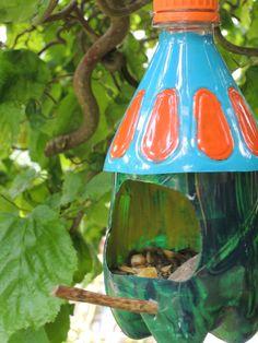 Vogelfutterhaus aus einer Fantaflasche. Weitere Bilder und die Anleitung findet…