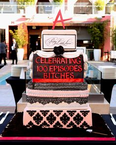 This PLL cake is A-mazing!! Don't miss the #PLL100 episode Tuesday at 8/7c on ABC Family!