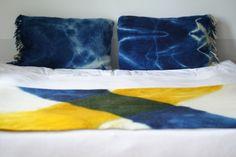 Koc i poduchy z wełny owczej, ręcznie farbowane naturalnymi barwnikami,techniką shibori.