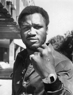 Joe Frazier-Joseph William Frazier, conhecido como Smokin' Joe foi um pugilista norte-americano, campeão mundial de boxe na categoria de pesos-pesados. Wikipédia Nascimento: 12 de janeiro de 1944, Beaufort, Carolina do Sul, EUA Falecimento: 7 de novembro de 2011, Filadélfia, Pensilvânia, EUA Altura: 1,82 m Peso: 104 kg